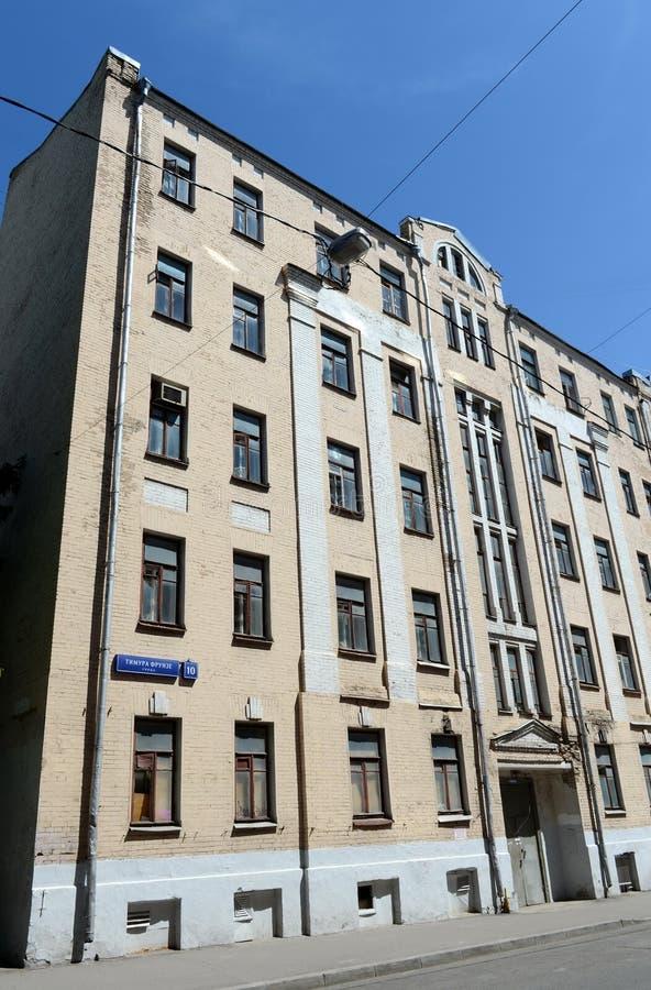 Le vieil immeuble de brique sur Timur Frunze Street à Moscou photo stock