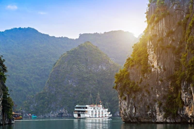 Le Vietnam, croisière de visite de baie de Halong découvrir la chaux spectaculaire d'îles rocheuses photo libre de droits