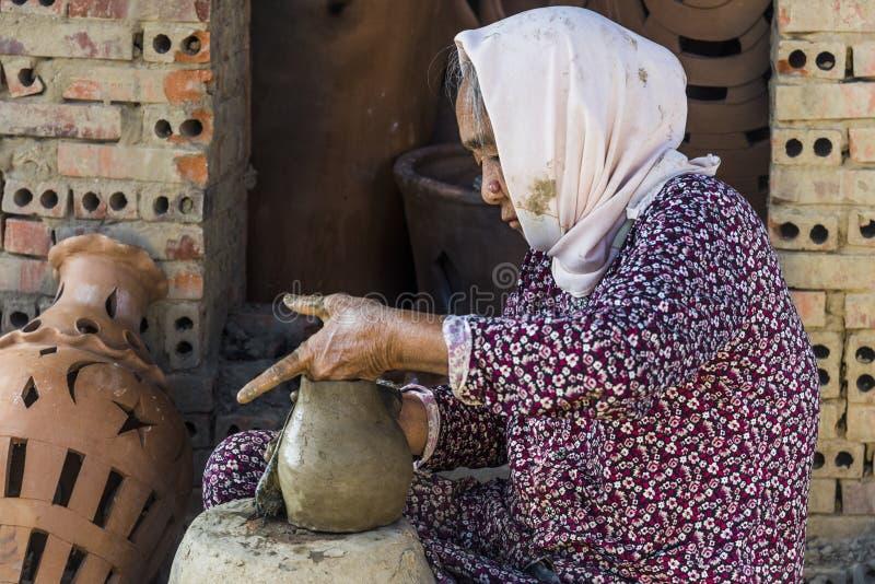 Le Vietnam en décembre 2017 : Pot vietnamien local de bâti de femme de mélange d'argile dans son usine, Vietnam images stock