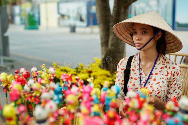 Le VIETNAM, HO CHI MINH - marchande vietnamienne Selling Souveni image libre de droits