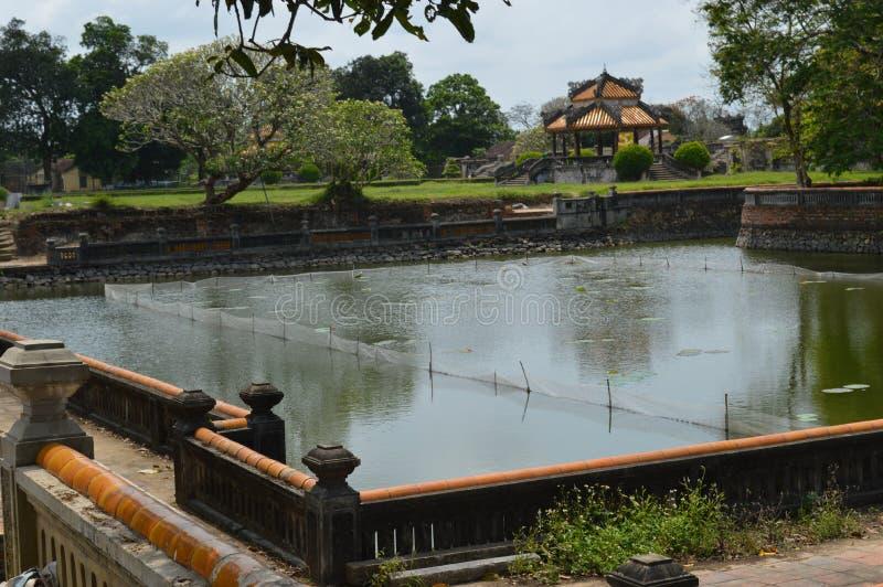 Le Vietnam - Hue - à l'intérieur de la citadelle - jardin et petit pavillon photos stock