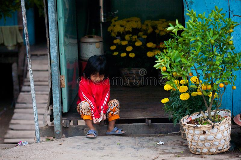 LE VIETNAM, LE MÉKONG DELTA 28 JANVIER : Les personnes vietnamiennes non identifiées devant leur maison le 28 janvier 2014 photo stock