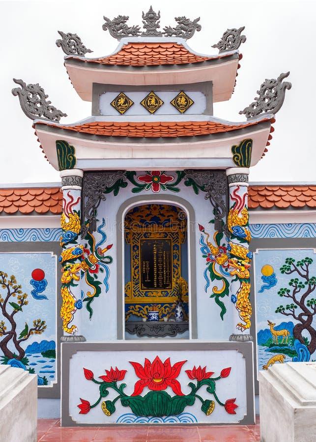 Le Vietnam Quang Binh : Tombeau comme autel sur le complot grave de famille dans le cimetière. photographie stock libre de droits