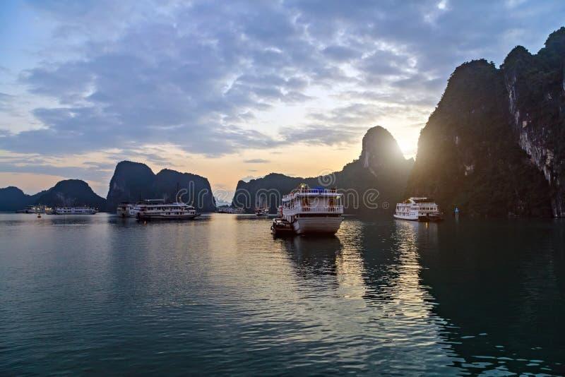 Le Vietnam, voiles long d'ordure de rev?tement de Cruse de baie d'ha dans le voyage de paysage de mer photo libre de droits