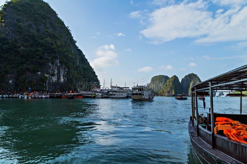 Le Vietnam, voiles long d'ordure de rev?tement de Cruse de baie d'ha dans le voyage de paysage de mer images stock