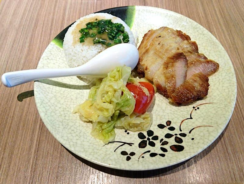 Le Vietnamien a grillé la côtelette de porc avec du riz et des légumes image libre de droits