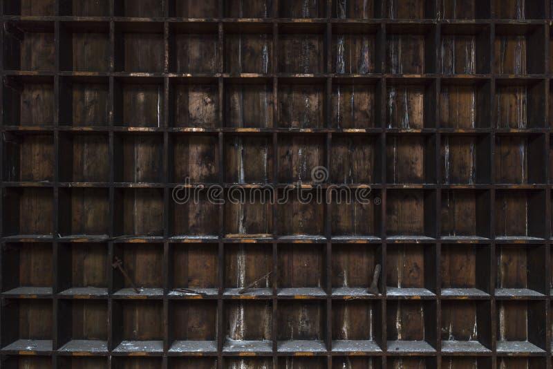 Le vieux, affligé, foncé stockage en bois rayonne avec les outils aléatoires image stock