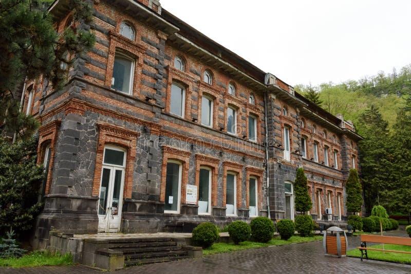 Le vieux bâtiment de l'usine pour mettre l'eau en bouteille minérale Borjomi a été construit en 1894 par le décret de l'empereur  image stock