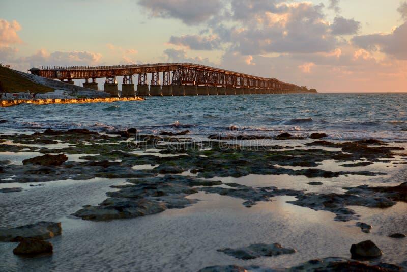 Le vieux Bahia Honda jettent un pont sur au lever de soleil photos stock