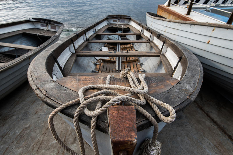Le vieux bateau à rames sur l'amarrage photo stock