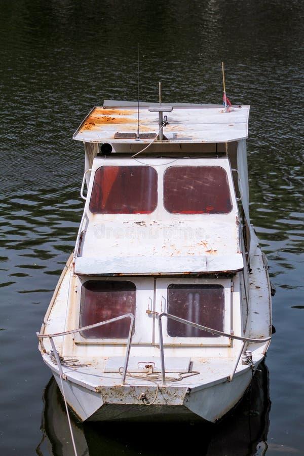Le vieux bateau de pêche de White River garé à la rivière de lac/au canot automobile s'est garé autour de la banque de la rivière photo stock