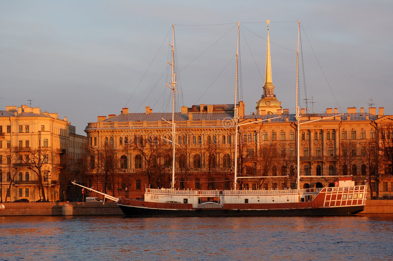 Le vieux bateau et la source #2 photographie stock