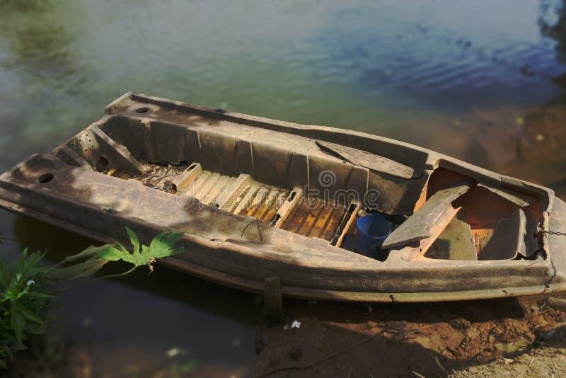 Le vieux bateau sur le petit village de rivière image libre de droits