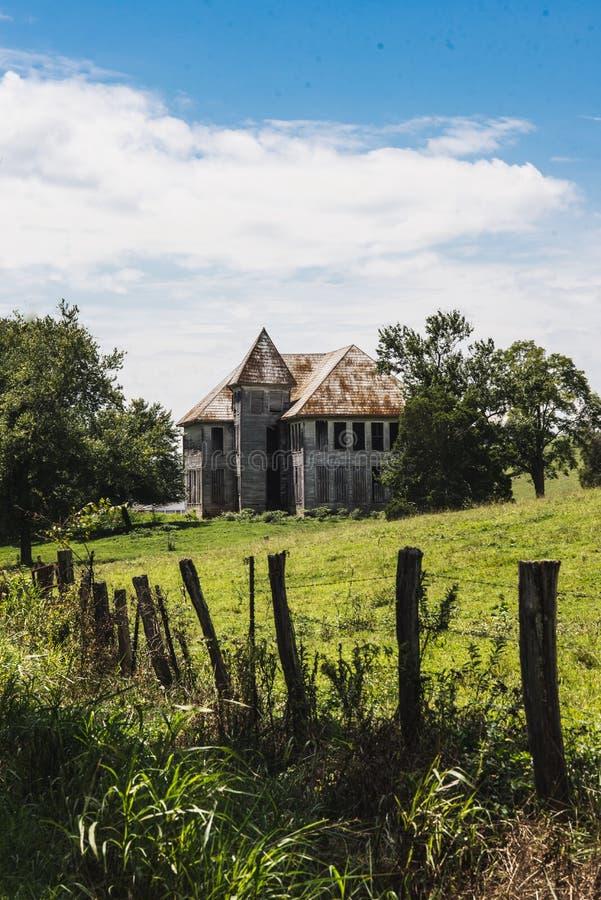 Le vieux blanc a abandonné la maison de ferme au Tennessee est photos libres de droits