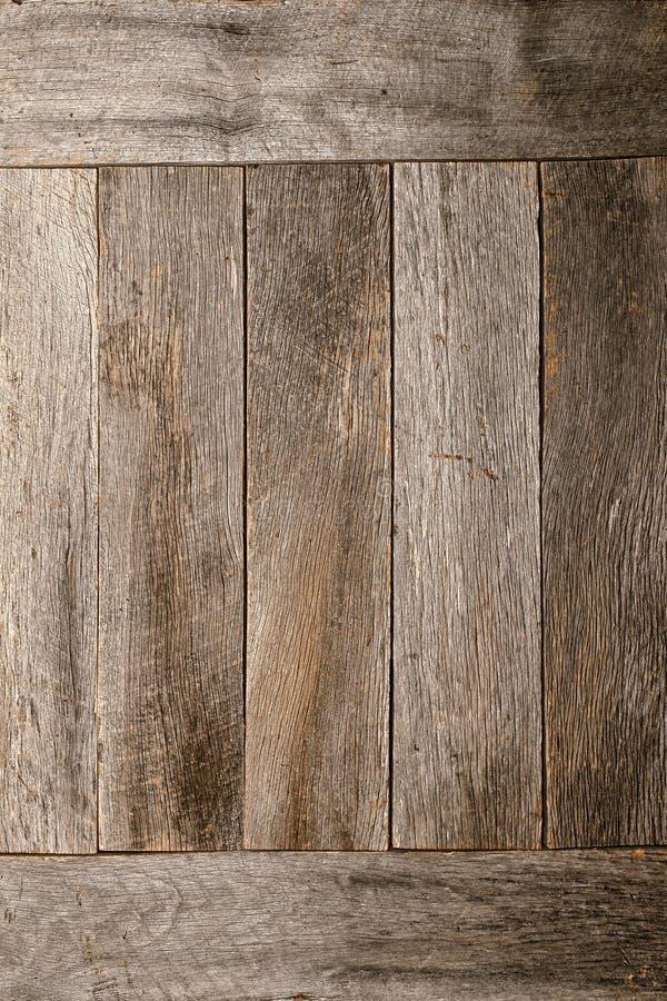 Le vieux bois affligé de grange embarque le fond de mur image libre de droits