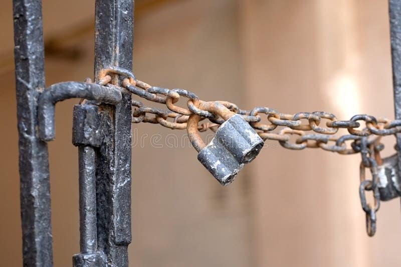 Le vieux cadenas en métal accroche dehors photographie stock