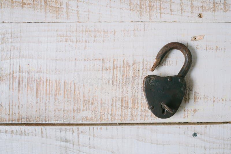 Le vieux cadenas et clé sur un fond en bois blanc Vue supérieure photographie stock libre de droits