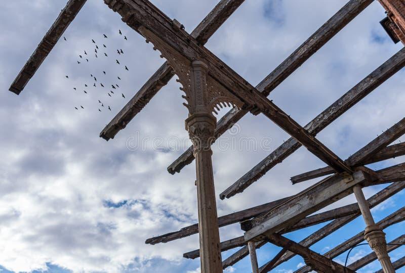 Le vieux cadre en bois du bâtiment de ruine image libre de droits