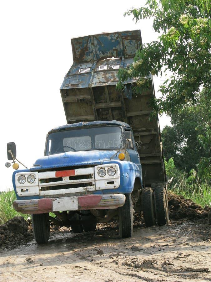 Le vieux camion à benne basculante bleu vide le sol images libres de droits