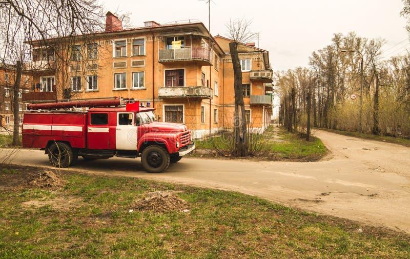 Le vieux camion de pompiers rouge conduit photo libre de droits