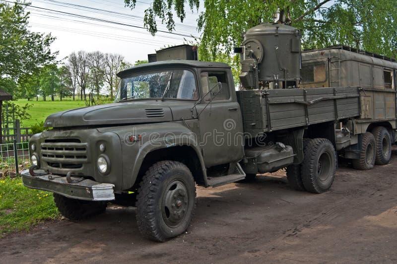 Le vieux camion militaire s'est garé près d'une vieille manière photos stock