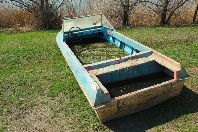 Le vieux canot automobile abandonné a rempli avec de l'eau sale image stock