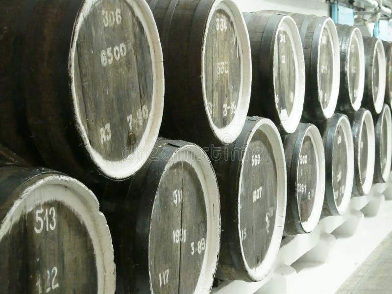 Le vieux chêne barrels dans une rangée aux caves de l'établissement vinicole Beau fond de cru Fin vers le haut image stock