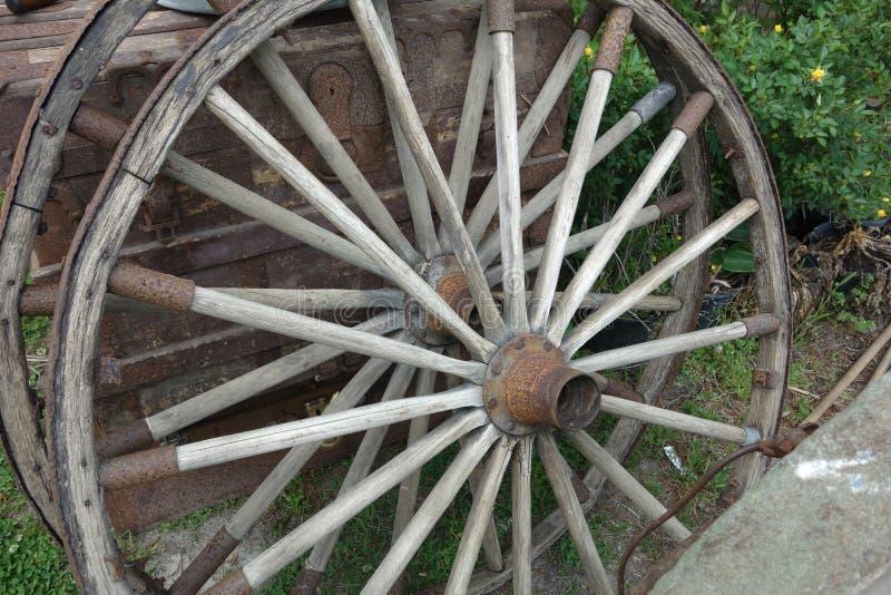 Le vieux chariot de chariot du vintage deux roule dehors images libres de droits