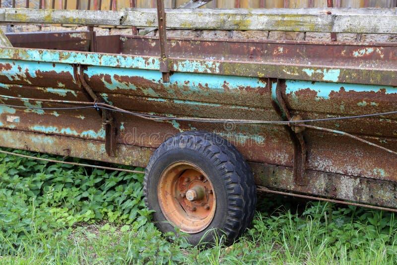 Le vieux chariot de tracteur se tient ? une grange en bois photo libre de droits