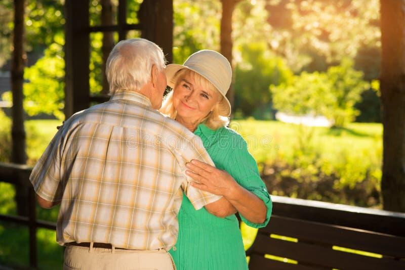 Le vieux couple danse images libres de droits