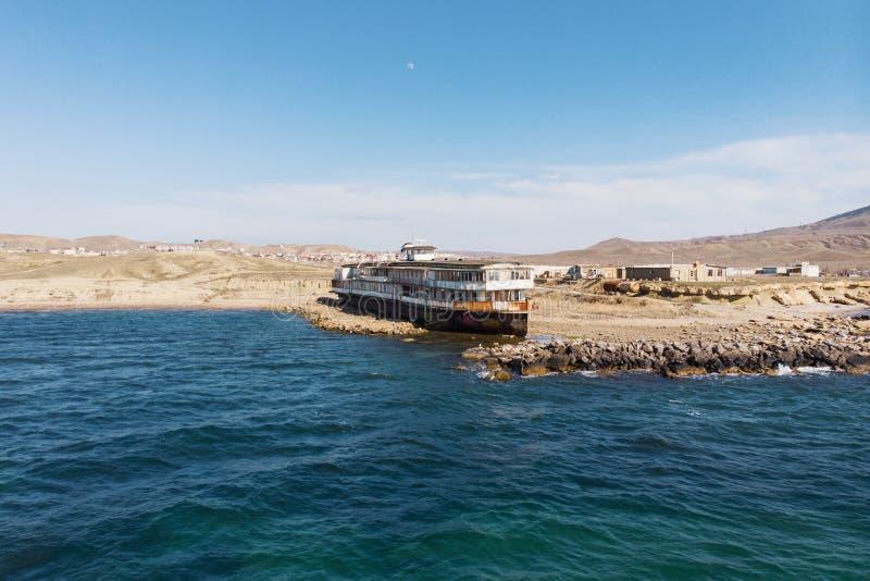 Le vieux cru a abandonné le bateau rouillé échoué après côte il y a long temps de naufrage sur la plage de sable, vue aérienne photos stock