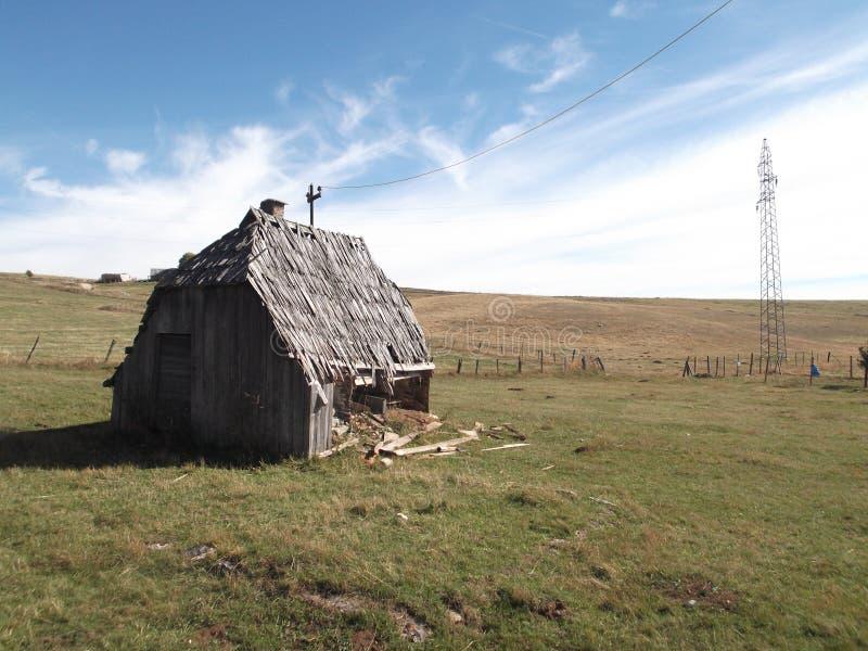 Le vieux, décrépit, cottage en bois d'abandon photos stock