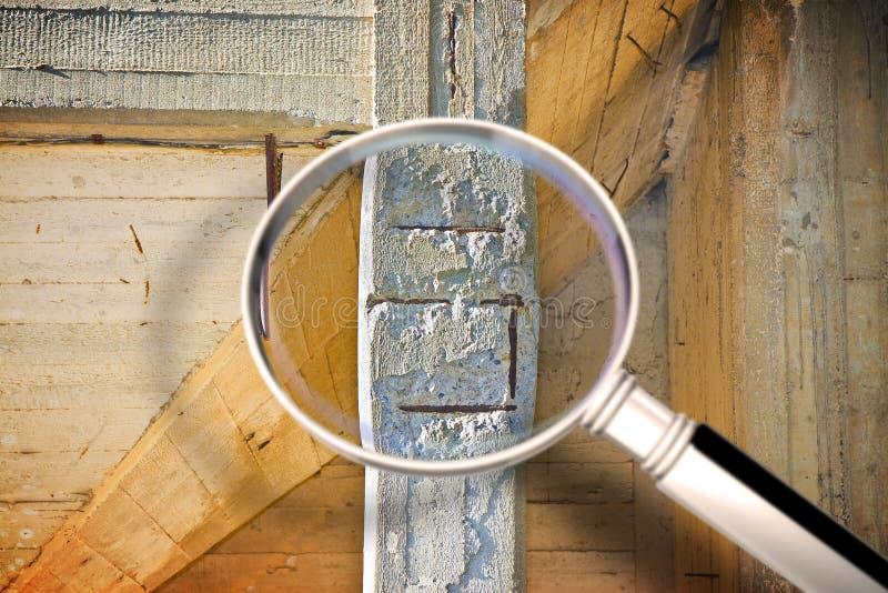Le vieux danger a renforcé la structure de pilier concret avec le renfort métallique nui et rouillé qui doit être démoli photo libre de droits