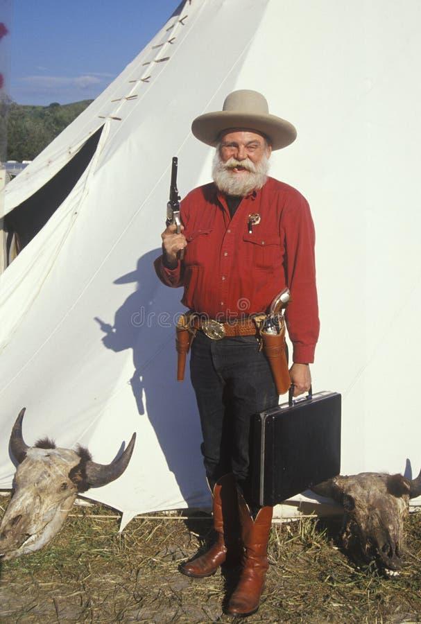 Le vieux dessin occidental de manieur de pistolet lance pendant la reconstitution historique, CA images libres de droits