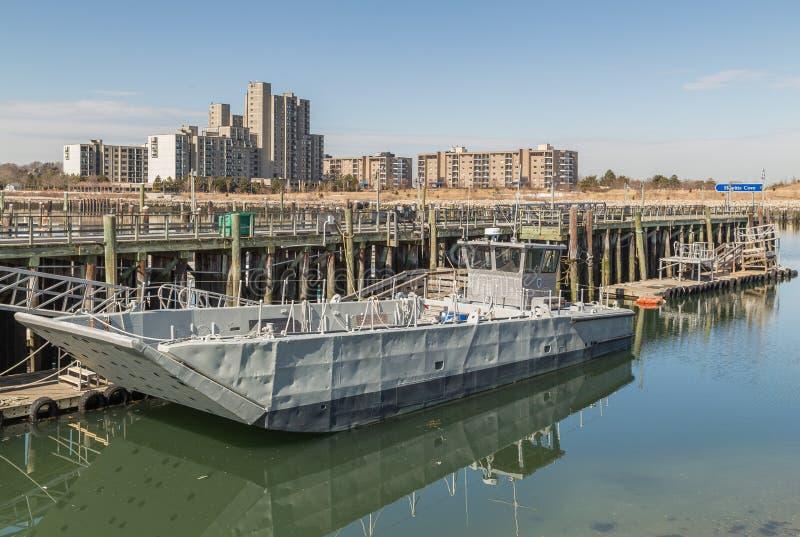 Le vieux ferry-boat métallique s'est accouplé au vieux pilier en bois photos libres de droits