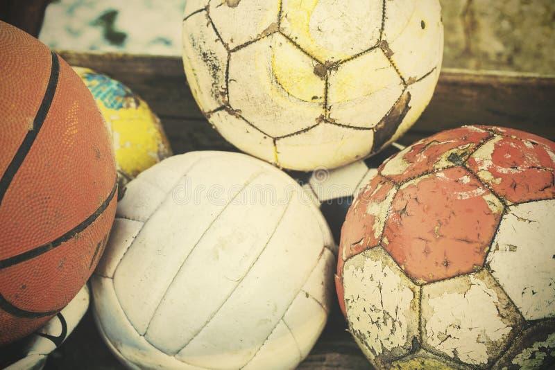 Le vieux film de vintage stylisé a employé des boules dans le panier image stock