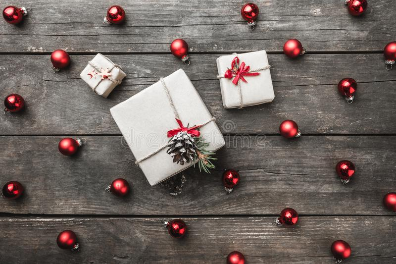 Le vieux fond en bois, brun, jouets texturisés et ronds de Noël a arrangé symétriquement, maintenant dans le coeur photo stock