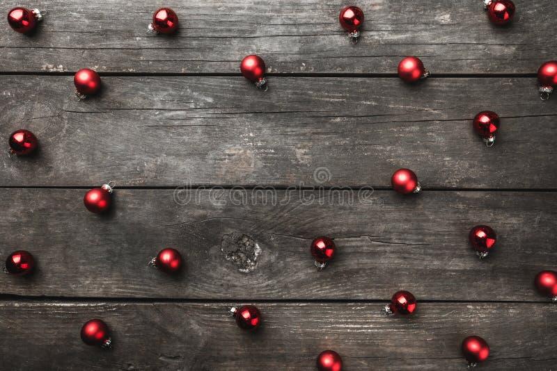 Le vieux fond en bois, brun, jouets texturisés et ronds de Noël a symétriquement arrangé, maintenant dans l'espace vide de coeur  photos libres de droits