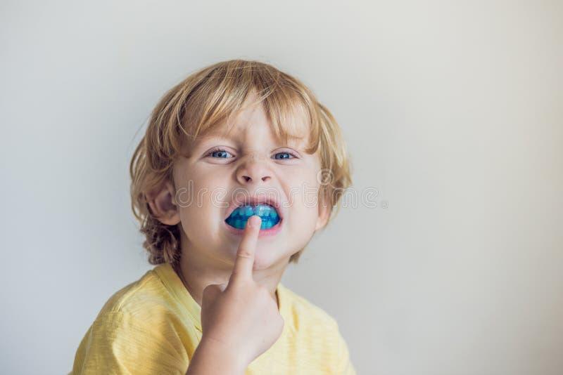 Le vieux garçon de trois ans montre que l'entraîneur myofonctionnel illuminait l'habitude de respiration de bouche Aides égaliser photos stock