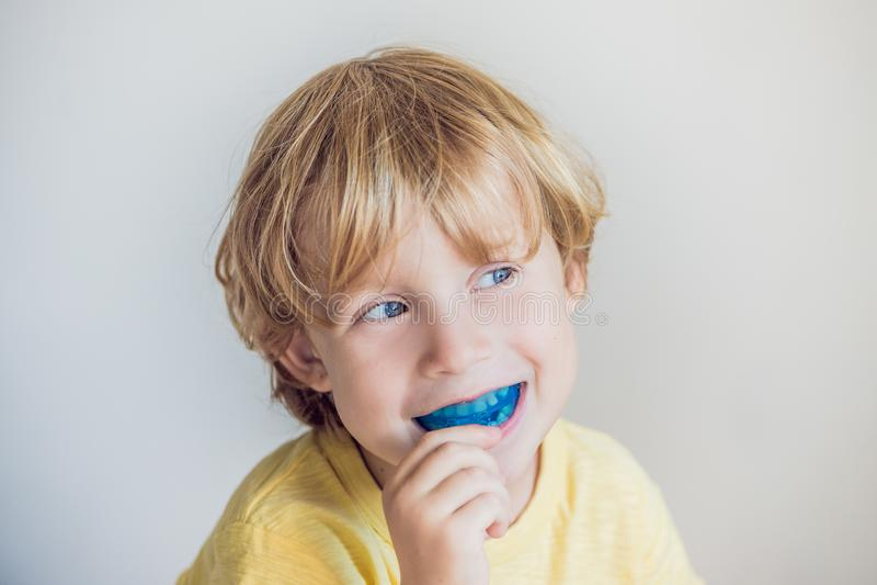 Le vieux garçon de trois ans montre que l'entraîneur myofonctionnel illuminait l'habitude de respiration de bouche Aides égaliser photos libres de droits