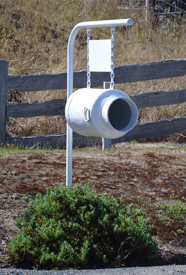 Le vieux lait peut boîte aux lettres photographie stock libre de droits