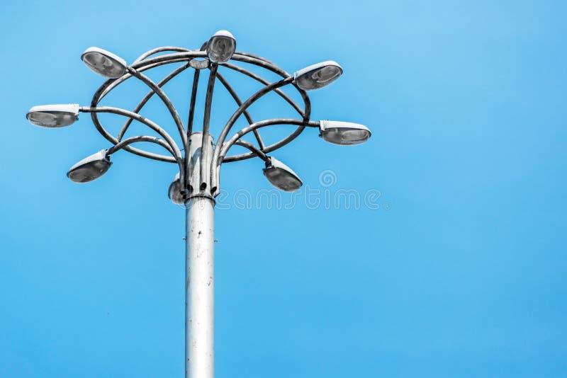 Le vieux lampadaire grand de ville se tient contre le ciel bleu photos libres de droits