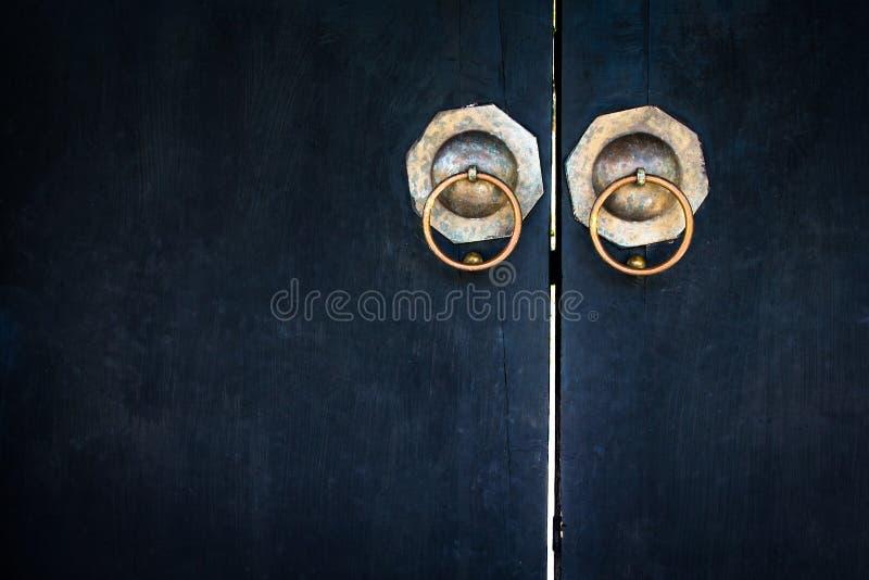 Le vieux lockpad a fermé à clef sur une porte bleue en bois photographie stock libre de droits