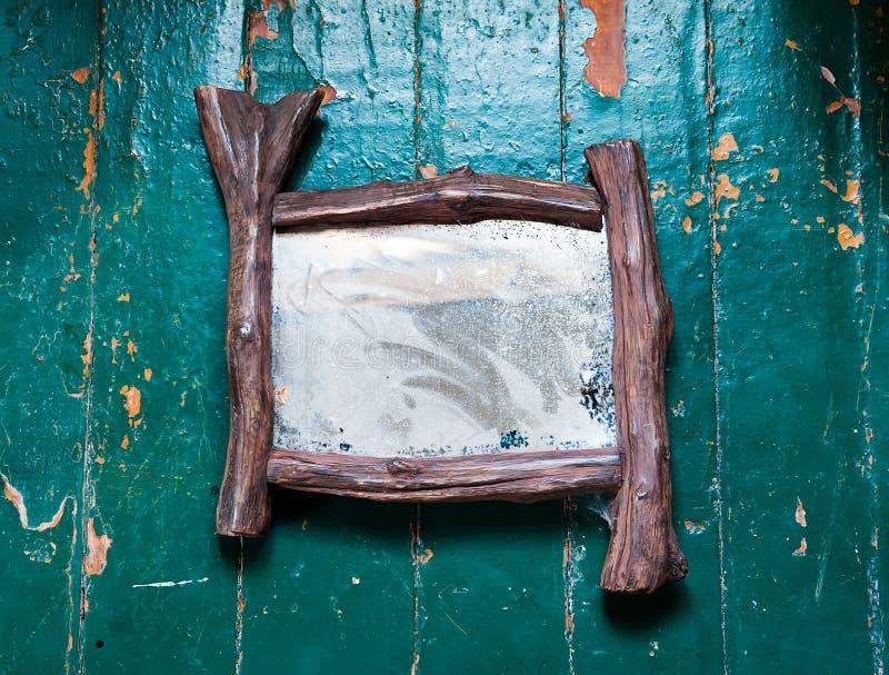 Le vieux miroir poussiéreux avec des toiles d'araignée et des éraflures fend sur la peinture à l'huile peinte par plancher en boi images stock