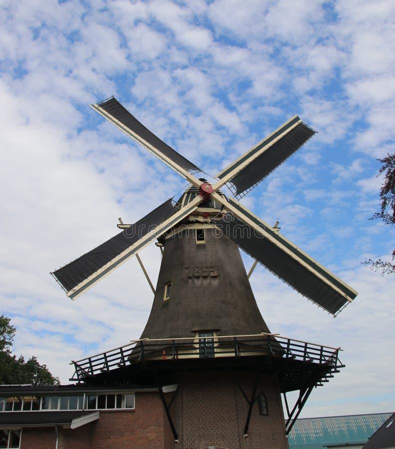 Le vieux moulin à vent néerlandais dans le villagye a appelé Oldebroek avec le nom De Hoop, travaillant toujours comme peau et co images libres de droits
