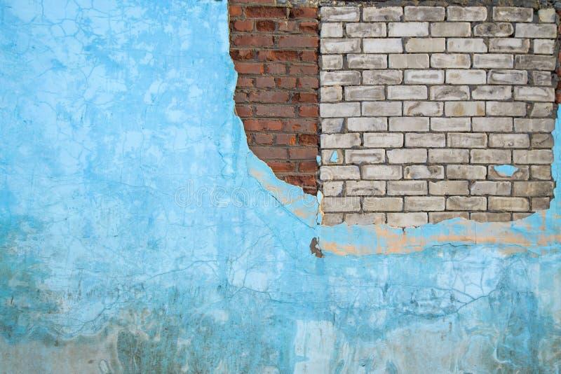 Le vieux mur bleu grunge de ciment avec des briques donnent au fond une consistance rugueuse image stock