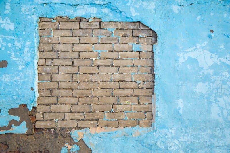 Le vieux mur bleu grunge de ciment avec des briques donnent au fond une consistance rugueuse photos libres de droits