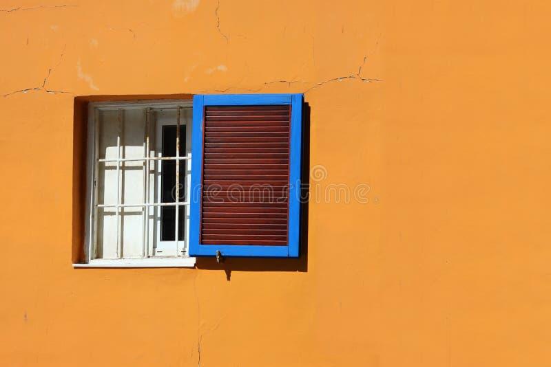 Le vieux mur de colorfull avec les fissures et la fenêtre image libre de droits