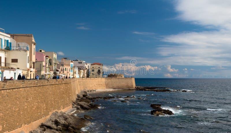 Le vieux mur de forteresse le long de la côte pour protéger la ville images libres de droits