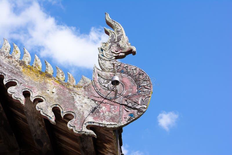 Le vieux naga en bois sur le toit, toit du nord de temple de la Thaïlande photographie stock libre de droits